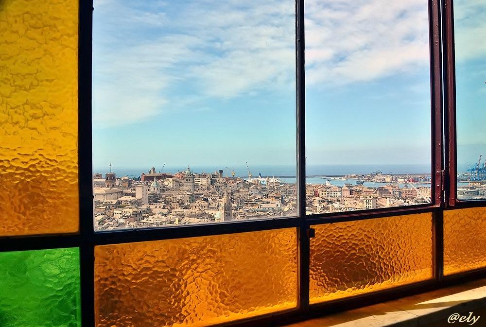 Veduta di Genova dalle vetrate dell'ascensore Castelletto